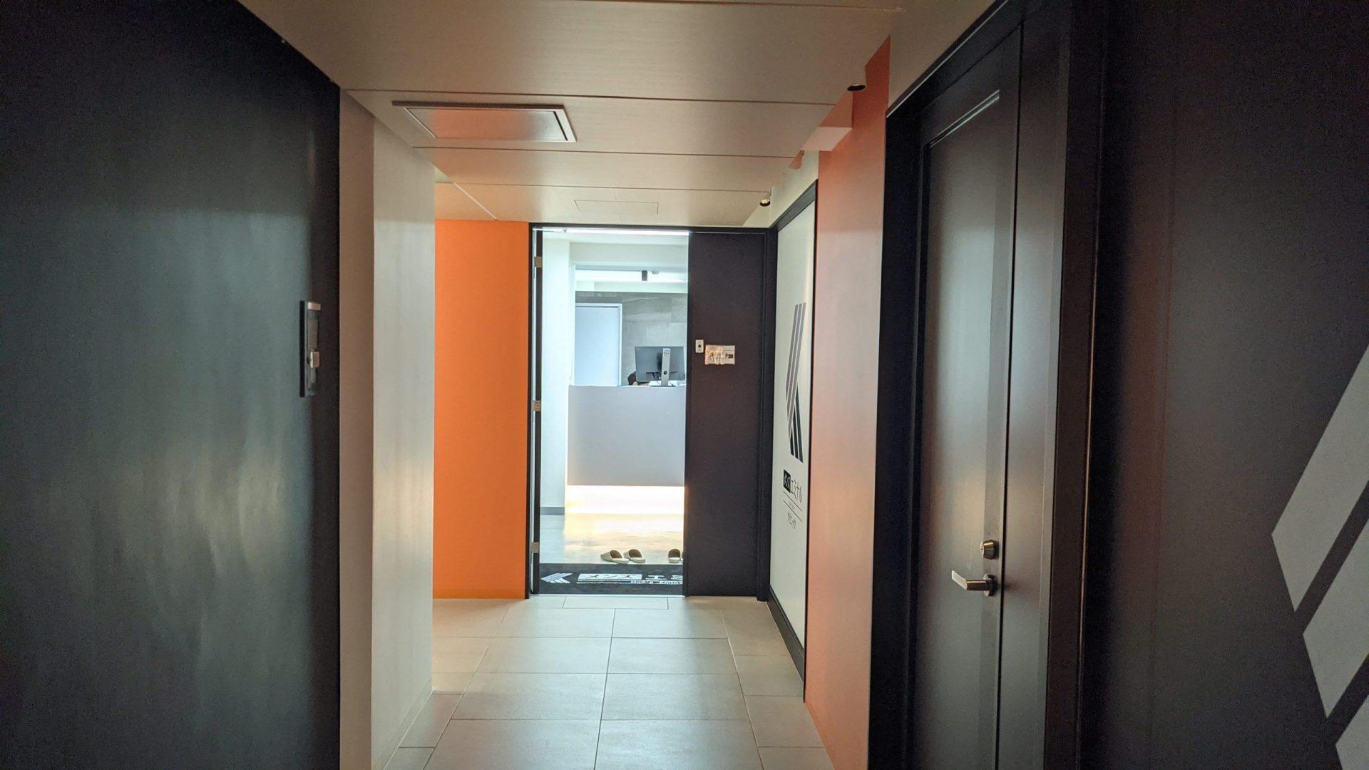 メンズエミナルクリニックの入り口を廊下から見た写真