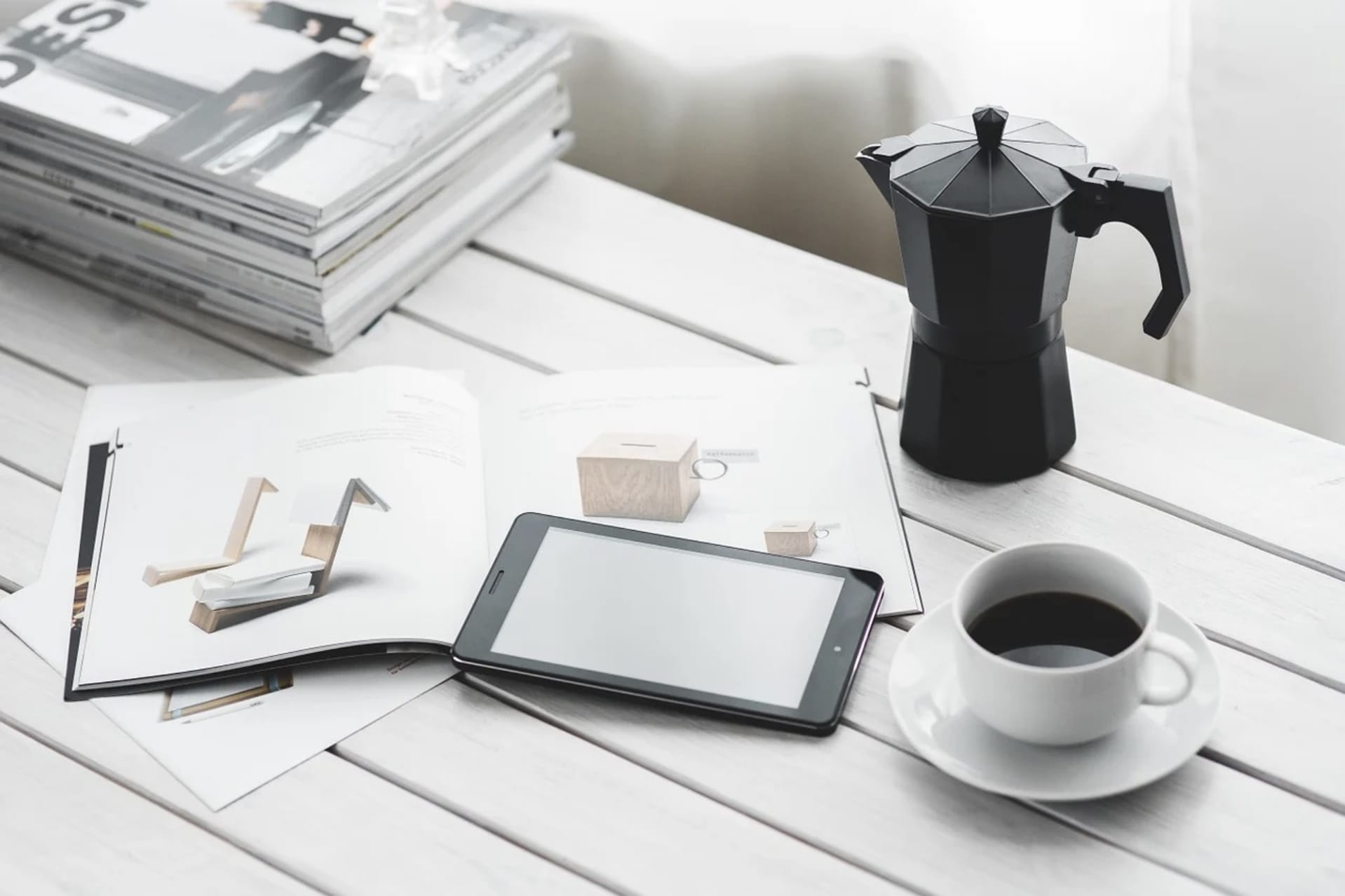 コーヒーを飲んで読書してリラックスしている朝の写真